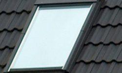 Sonnenschutzfolie an Dachfenster